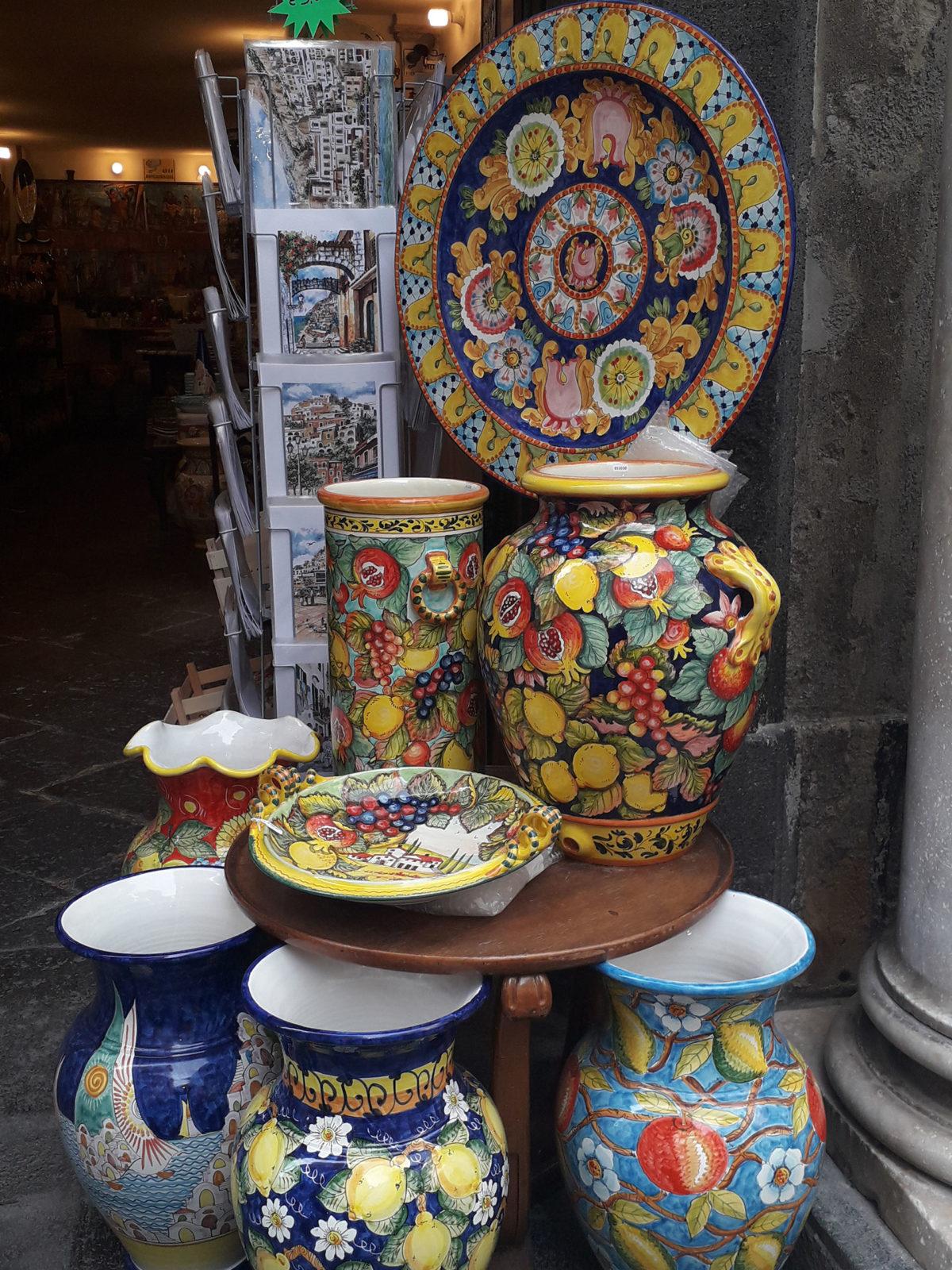 Nella foto sono presenti ceramiche locali