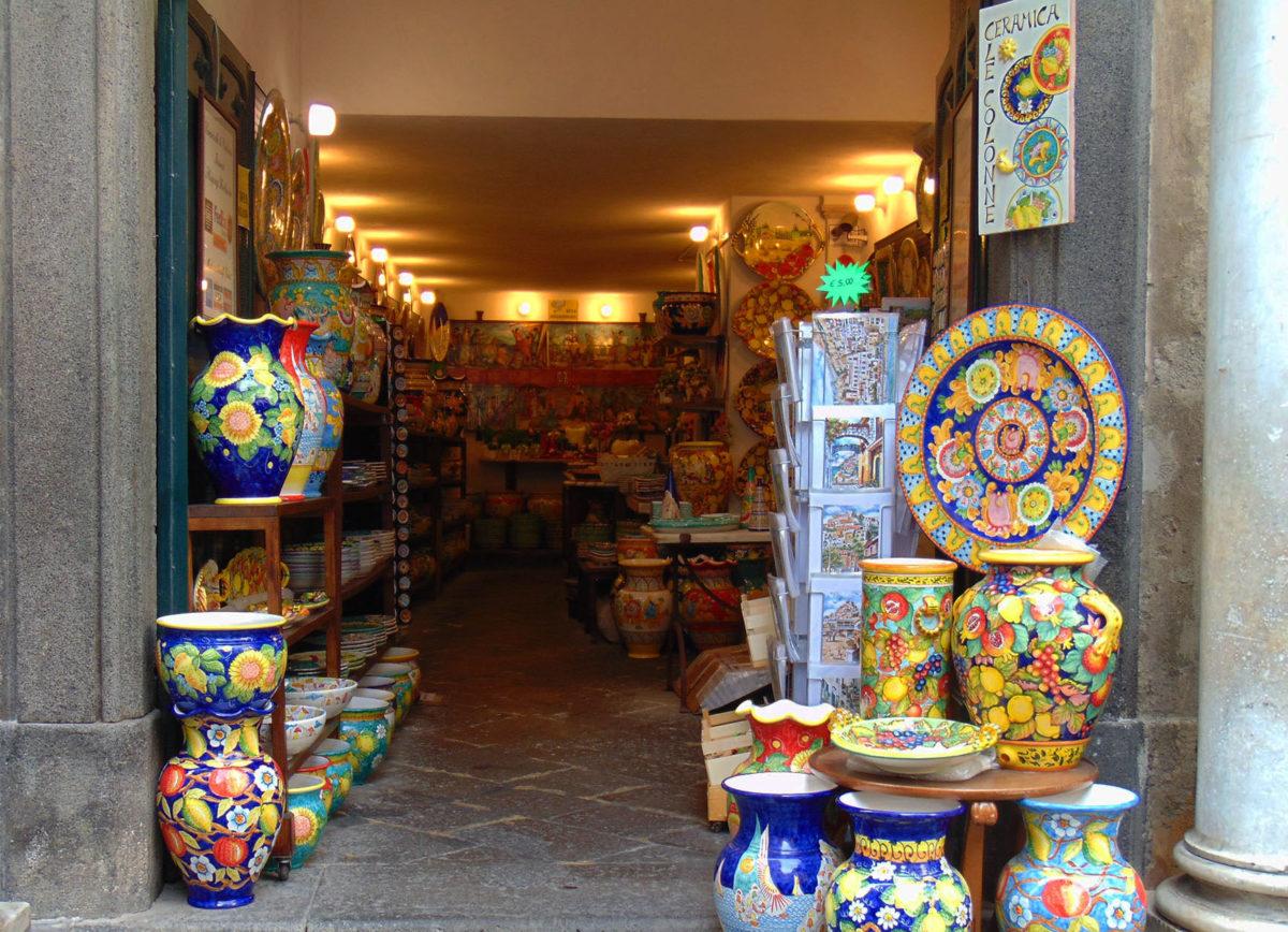 Nella foto è mostrata una piccola bottega di Amalfi di prodotti artigianali locali